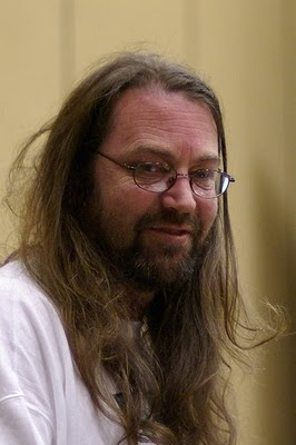 Con una poblada barba, pelo largo y portando unas singlares gafas, Minter se aproxima bastante al arquetipo establecido de los programadores de videojuegos a principios de la década de los […]